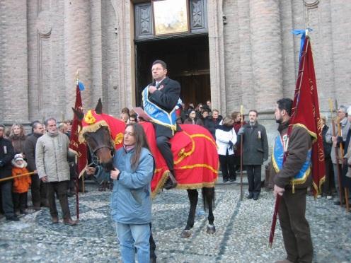 Il discorso dell'Abbà e la processione con le reliquie di San Giovanni Vincenzo, scortato dalle alabarde della Società Abbadia di millenaria tradizione