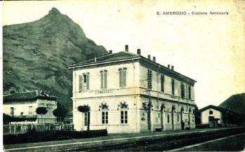 La stazione edificata negli anni '20 e dimensionata in relazione al grande flusso di visitatori verso la Sacra
