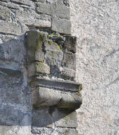 Il campanile e le tracce della chiesa romanica, dettaglio