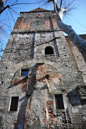Il campanile e le tracce della chiesa romanica