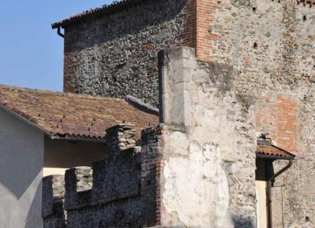 La torre comunale e un tratto di mura medievali